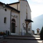 Per chi viene a piedi: ingresso principale al monasstero e ingresso alla chiesa