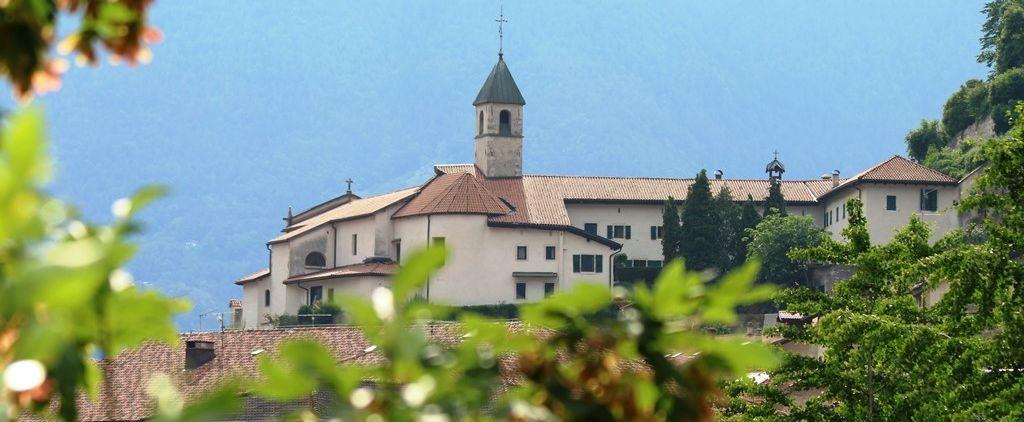 Monastero dal paese